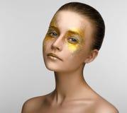 Ragazza di bellezza di trucco dell'oro Immagini Stock