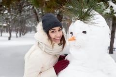 Ragazza di bellezza i precedenti di inverno fotografie stock libere da diritti