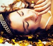 Ragazza di bellezza nei coriandoli dell'oro ed in diadema, piccolo Ce di principessa Fotografia Stock