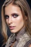 Ragazza di bellezza Ritratto di bella giovane donna che esamina macchina fotografica Fotografia Stock Libera da Diritti