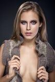 Ragazza di bellezza Ritratto di bella giovane donna che esamina macchina fotografica Immagini Stock