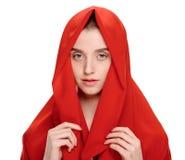Ragazza di bellezza in scialle rosso fotografie stock libere da diritti