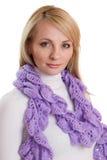 Ragazza di bellezza in sciarpa viola. fotografie stock libere da diritti