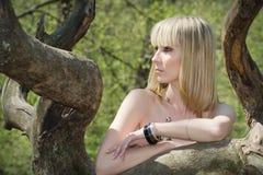 Ragazza di biondo sulla natura in albero. Fotografia Stock Libera da Diritti