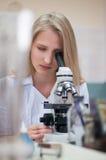 Ragazza di blondi di bellezza del ritratto del primo piano giovane in laboratorio Immagini Stock Libere da Diritti