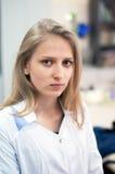 Ragazza di blondi di bellezza del ritratto del primo piano giovane in laboratorio Immagine Stock Libera da Diritti