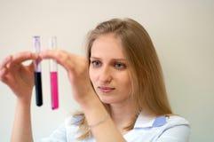 Ragazza di blondi di bellezza del ritratto del primo piano giovane in laboratorio Fotografia Stock
