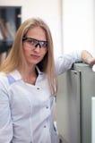 Ragazza di blondi di bellezza del ritratto del primo piano giovane in laboratorio Fotografia Stock Libera da Diritti