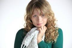 Ragazza di Blong con la sciarpa bianca immagini stock