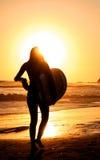 Ragazza di camminata del surfista da solo Immagini Stock