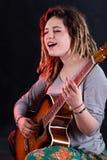 Ragazza di canto con la chitarra Fotografie Stock