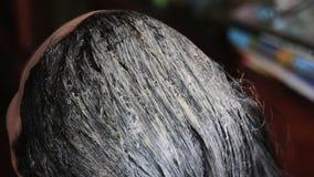 Ragazza di coloritura di capelli in un salone di lavoro di parrucchiere stock footage