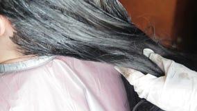 Ragazza di coloritura di capelli in un salone di lavoro di parrucchiere video d archivio