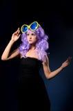 Ragazza di cosplay in parrucca porpora con i grandi occhiali da sole fotografia stock libera da diritti