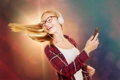 Ragazza di dancing che litstening alla musica con le sue cuffie Fotografia Stock