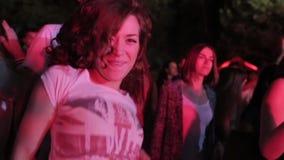 Ragazza di dancing sul festival stock footage