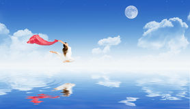 Ragazza di dancing sulla superficie dell'acqua fotografia stock libera da diritti