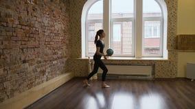 Ragazza di esercizio della palla di ginnastica di ginnastica di sport archivi video