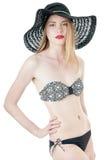 Ragazza di estate in cappello bianco nero della spiaggia e del costume da bagno. Fotografia Stock