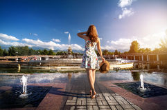 Ragazza di estate vicino alla fontana Immagini Stock