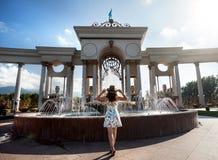 Ragazza di estate vicino alla fontana Fotografia Stock