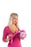 Ragazza di fascino in un vestito dentellare con un regalo in una mano Fotografie Stock Libere da Diritti