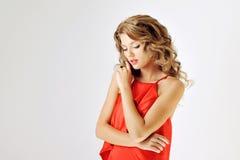 Ragazza di fascino in vestito rosso su bianco Immagine Stock Libera da Diritti