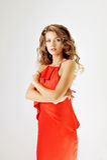 Ragazza di fascino in vestito rosso su bianco Fotografia Stock