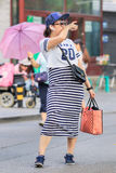 Ragazza di Fashionabel con lo smartphone e la cuffia avricolare di Bluetooth, Pechino, Cina Fotografia Stock Libera da Diritti