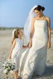 Ragazza di fiore e della sposa sulla spiaggia Immagini Stock