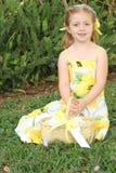 Ragazza di fiore sveglia in vestito giallo fotografia stock libera da diritti