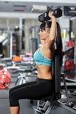 Ragazza di forma fisica che fa allenamento della spalla Fotografia Stock Libera da Diritti
