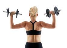 Ragazza di forma fisica che fa allenamento della spalla con le teste di legno Fotografia Stock Libera da Diritti