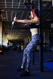 Ragazza di forma fisica che si esercita con il bilanciere in palestra Fotografia Stock
