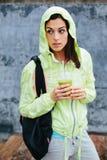 Ragazza di forma fisica con la bevanda di nutrizione della disintossicazione Fotografia Stock Libera da Diritti