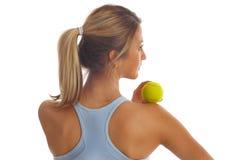 Ragazza di forma fisica con la sfera di tennis Fotografia Stock Libera da Diritti