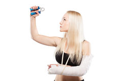 Ragazza di forma fisica con un braccio rotto Fotografie Stock