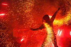 ragazza di Fuoco-manifestazione con le luci rosse ardenti Fotografia Stock