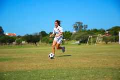 Ragazza di gioco del calcio fotografia stock libera da diritti