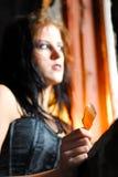 Ragazza di Goth che tiene vetro tagliato Fotografia Stock Libera da Diritti