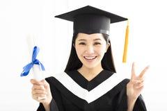 Ragazza di graduazione in abito accademico nella celebrazione Fotografia Stock