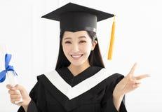 Ragazza di graduazione in abito accademico nella celebrazione Immagini Stock Libere da Diritti