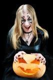 Ragazza di grido del vampiro con una zucca di Halloween Fotografia Stock Libera da Diritti