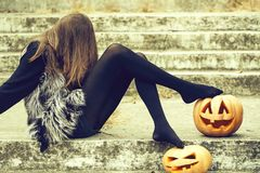 Ragazza di Halloween con la zucca fotografia stock