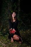 Ragazza di Halloween della donna con sangue nella foresta alla notte Immagini Stock Libere da Diritti