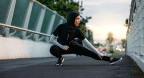 Ragazza di Hijab che si esercita all'aperto nel primo mattino immagini stock libere da diritti