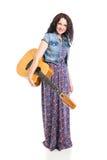 Ragazza di hippy con la chitarra isolata su bianco Fotografia Stock Libera da Diritti