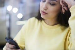Ragazza di Hiptser che fa compera online facendo uso del collegamento a Internet utile di proposte 4G sul telefono cellulare mode Immagini Stock