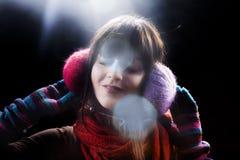 Ragazza di inverno con la cuffia ed il chiarore Fotografia Stock Libera da Diritti