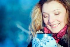 Ragazza di inverno con la tazza di cioccolato caldo fotografia stock libera da diritti